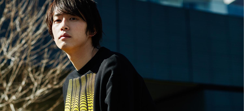 専属モデル、杉野遥亮とニュースなディーゼルデザインスニーカー